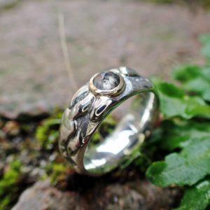Flux ... Der Ring mit dem Klecks. Als Highlight wurde eine Diamant-Rose in 750er Gelbgold gefasst