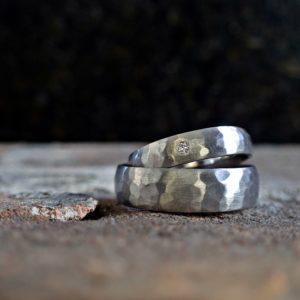 Trau-Ringe aus 925er Platin, geschmiedet mit Brillant